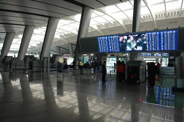 """去年元旦去了趟北京,返回时乘的是飞机,这辈子是第一次乘飞机,对飞机场的所有东西都感到新鲜,包括候车室、大厅、工作人员的工作方法、程序、安检以以及各种各样的乘客。 今年元旦又去了一趟北京,返回时是在北京南站,乘坐""""动车组""""的D字头火车,此一行又让我大开眼界,惊叹不已。要说对飞机场的一切感到新鲜那是见识少,而这次可以说大多数人都和我一样,没见过这场面。 火车站在我们的眼里就是一个大厅,里面、外面吵吵嚷嚷,挤满了很多人,大一点火车站内的候车室可以有几个,楼上楼下,电梯运送,无非而已,候车"""