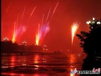 天安门广场民族柱上燃放烟花照亮夜空