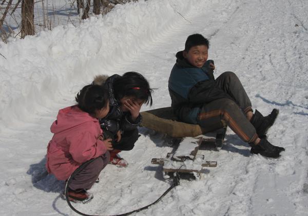 进村子的时候,打扫雪的老大爷热情的图片