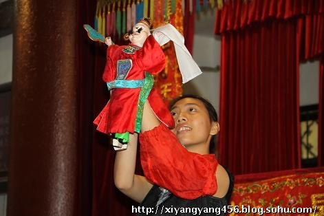 已经是世界文化遗产的闽南木偶戏,操纵木偶的女子姿态美丽而优雅