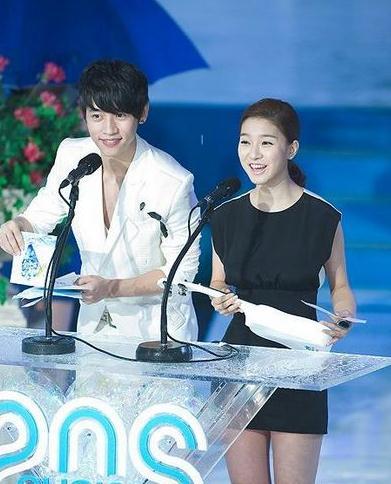参加韩国某颁奖现场表情僵硬不自然-网传魏晨去韩国后 又整容了