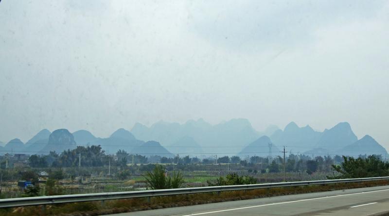 绿色浓郁       从宜州走了一段高速公路,大约下午5时,班车进入柳州