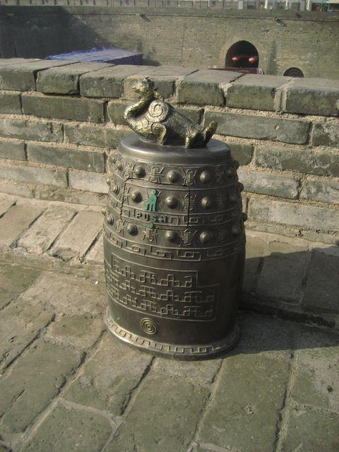 城墙上的垃圾桶都很有古代感