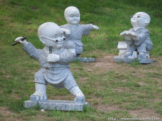 进入大雁塔北广场,在这里除了亚洲最大的喷泉,还是有一些经典的秦腔雕