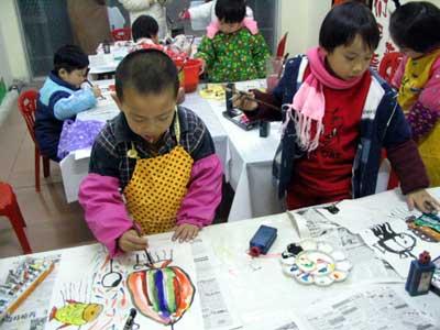 静物写生可以让儿童画画心爱的玩具,书包,鞋子,盆花,自行车等;场面