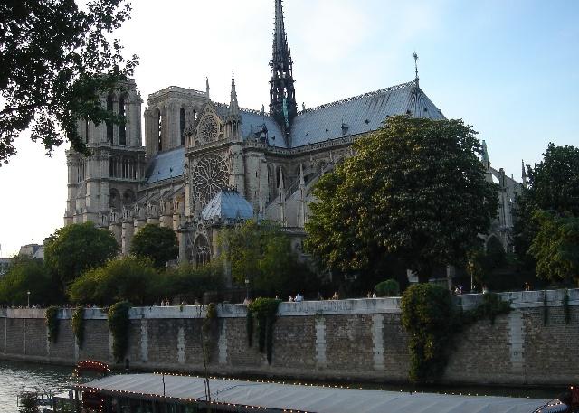 在塞纳河左岸的堤道看巴黎圣母院高清图片