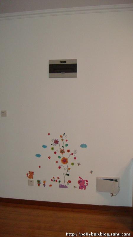 买了一张墙贴,在老公的努力下哈哈终于贴到墙上了