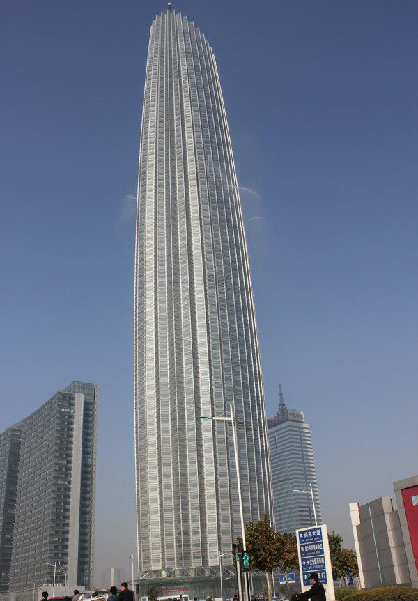依海河而建使得津塔内的房间都能饱览母亲河美景,在大厦79层,约