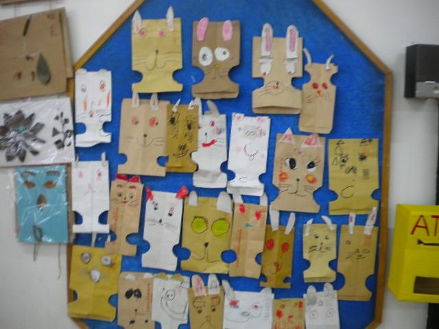 今天的手工活动,一个很有趣的玩偶展现在我们眼前,这个玩偶是用纸做的,而且是信封纸哦!就是爸爸妈妈们平时寄信用的信封。今天老师教我们用信封做小兔子纸偶,最难的就是怎样剪出两个一模一样的耳朵、眼睛。呵呵......瞧!可爱的小兔子、小猪、小花猫纸偶做好了。是不是特别有趣啊?