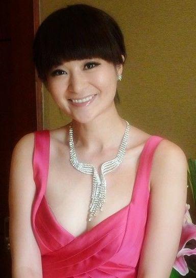 孙菲菲走红毯被主持人方龄踩到裙角,照片微博图片