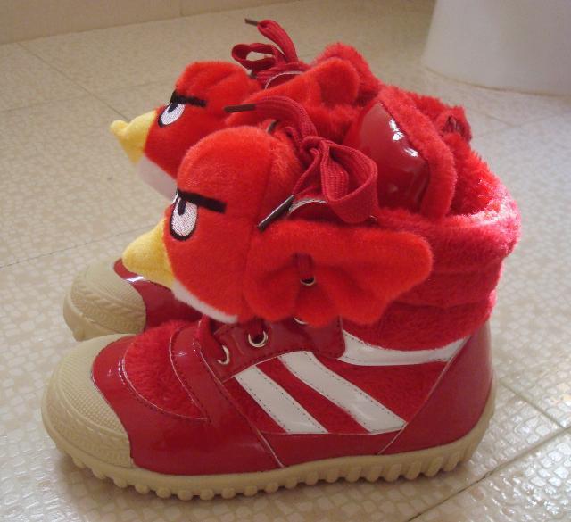 小猪穿着红色鞋子