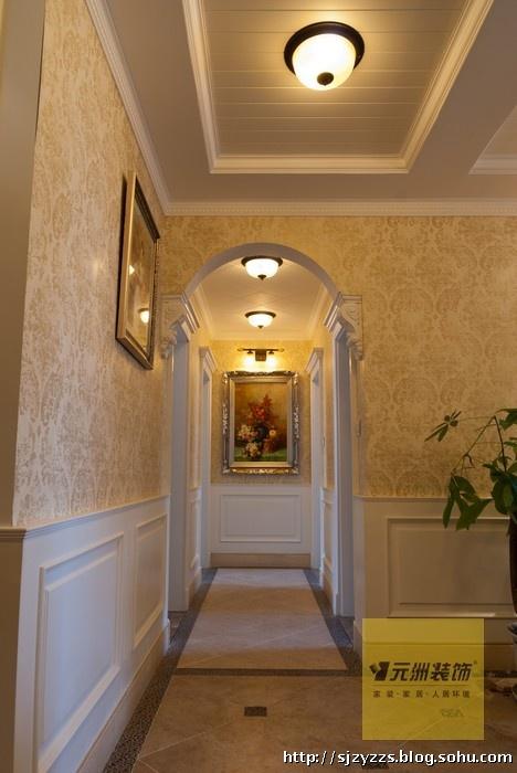 开放式的餐厅布局是欧式家居的特色,天花横梁的设计使餐厅空间感加强
