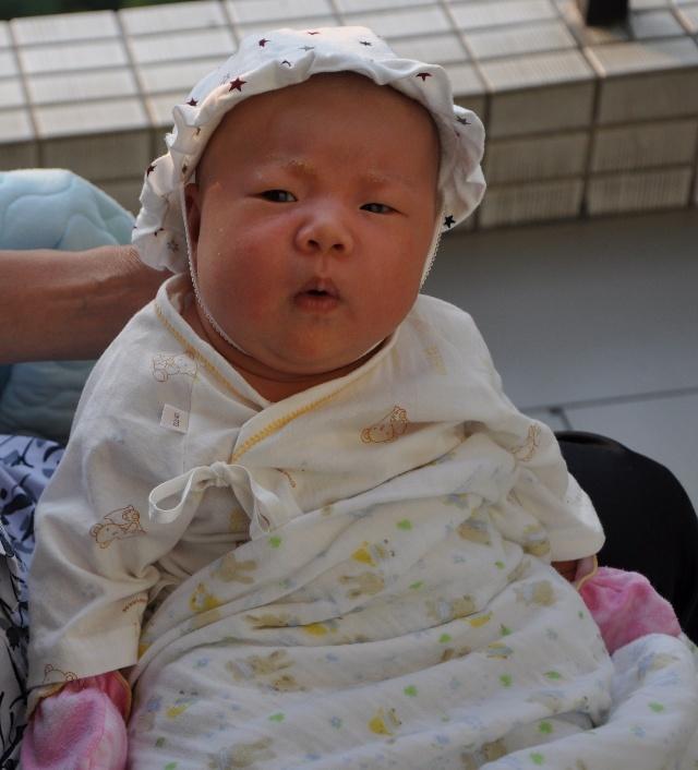 自己的宝宝,怎么看怎么觉得可爱,老是念叨,宝宝好可爱啊.