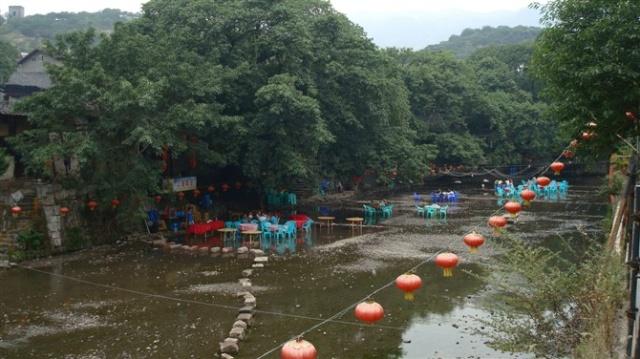 距重庆金刀峡风景区十公里左右的偏岩河滩