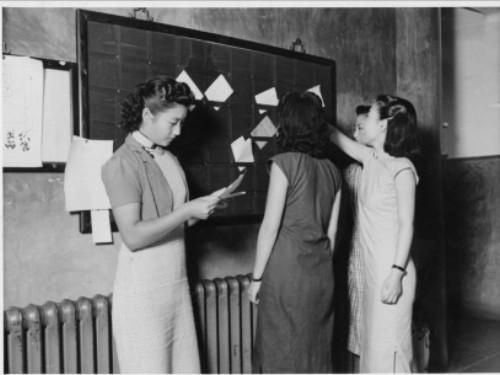 燕大学生生活:女学生走出宿舍大楼.(1941年照)图片