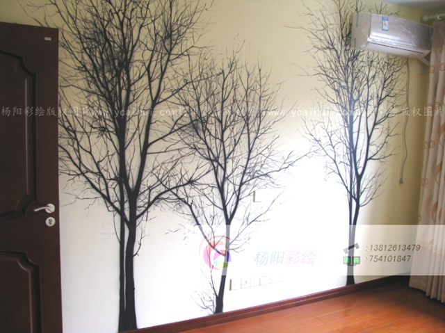 """绿意盎然的大树,采用单色在卧室的墙面上绘制几颗""""枯树&rdquo"""